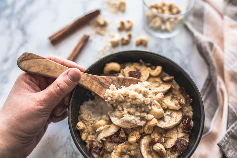 Rezept für ein ganz schnelles und veganes Porridge aus der Mikrowelle mit cremigem Cashewmus und Zimt. Comfort Food zum Frühstück vom Feinsten. #frühstücksrezepte #süßes #frühstück #brunch #breakfast #bowl