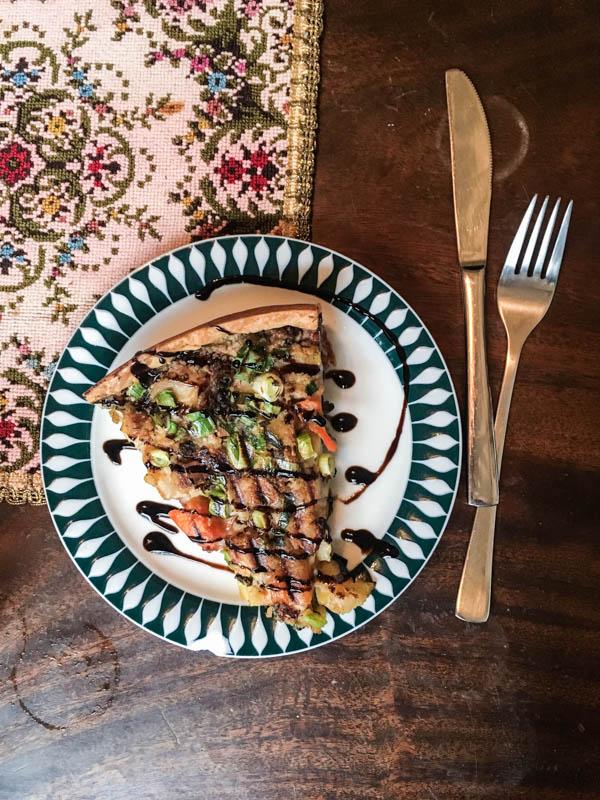 Günstiges, vegetarisches Restaurant Hamburg: Spitzendeckchen und vegane Gemüse-Quiche im Nasch im Gängeviertel Hamburg