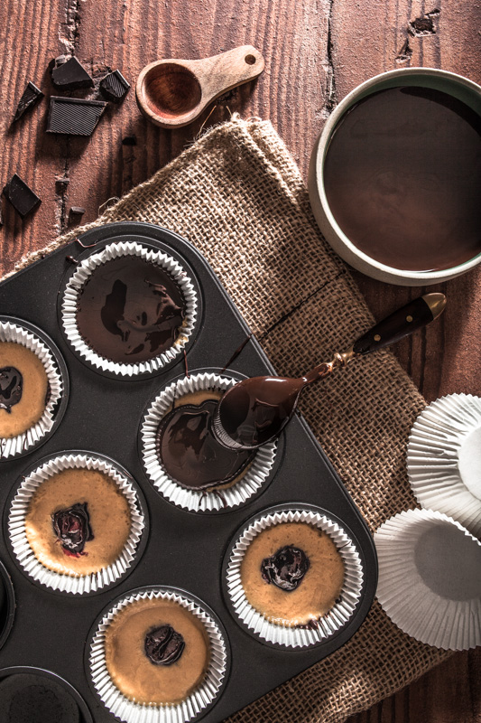 Rezept für Reese's inspirierte Peanutbutter + Jelly Cups. Erdnussbutter, Marmelade und Zartbitterschokolade in Pralinen-Form #dessert #süßes #no #valentinstag #rezept #vegan