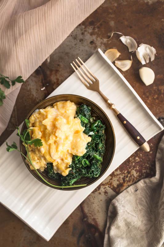 So gelingt das perfekte Rührei ohne großen Aufwand. Tipps und Tricks für cremiges, Rührei und ein Rezept für Knoblauch-Spinat. #frühstück #breakfast #brunch #rezepte #eier