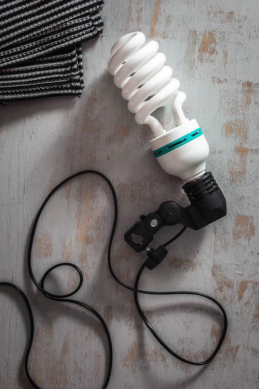 Eine Tageslichtlampe an eine Lampenhalterung montiert