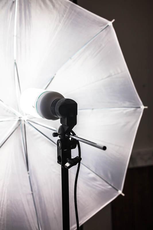 Eine Tageslichtlampe auf einem Stativ mit Reflexschirm