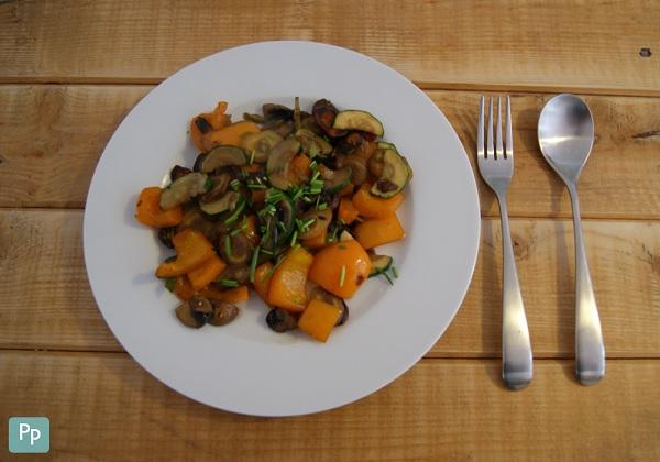 Eine bunte Gemüsepfanne als leckere Mahlzeit am Entlastungstag.
