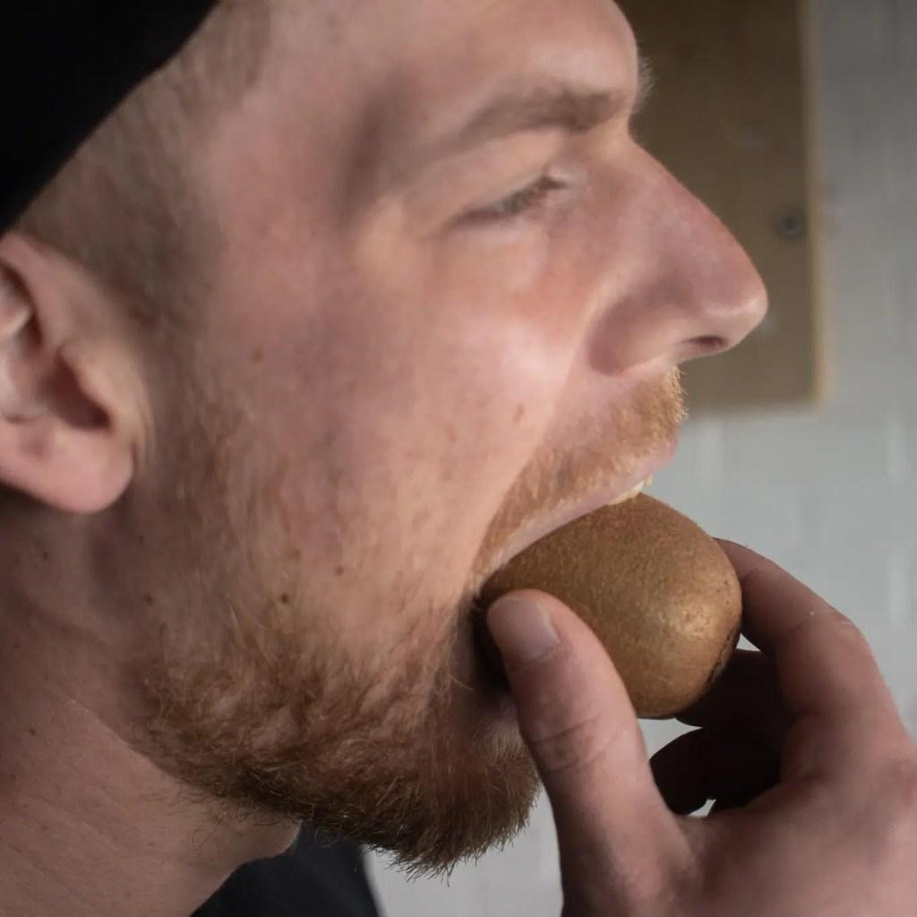kiwi met schil gezond