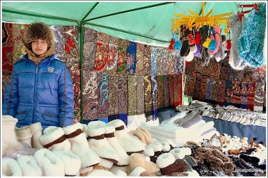 Suzdal şehrinin meydanında kurulan kış pazarında tavşan yününden çoraplar satılıyor.