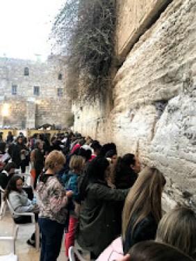 Yahudiler ağlama duvarında kadın- erkek ayrı bölümde bulunur.