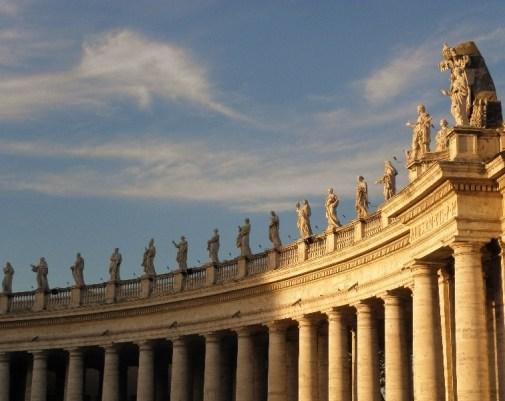 Vatikan ı çevreleyen sütunlar ve heykeller.