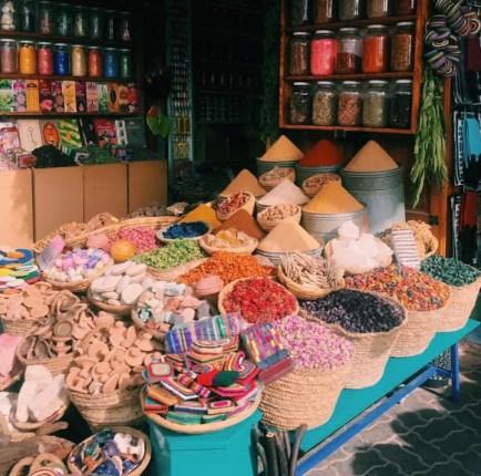 Fes' in her köşesinde bulunan baharatlara kayıtsız kalmak mümkün değil