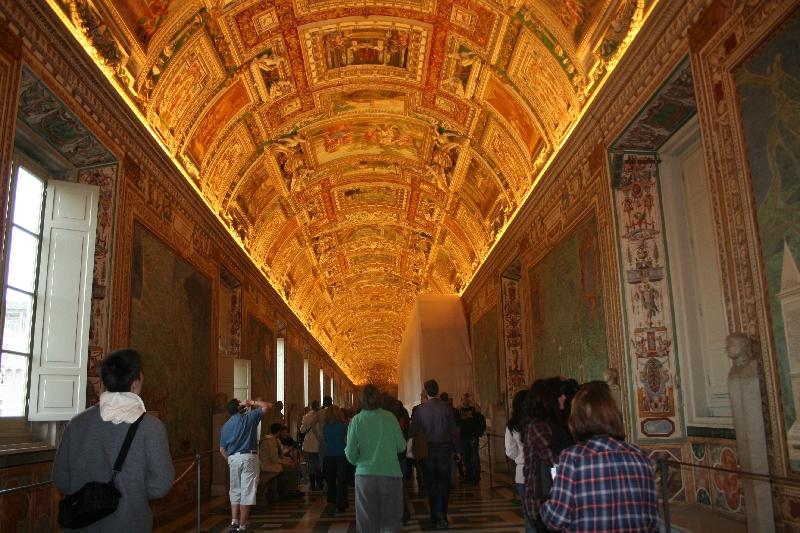 Vatikan müzelerinin galerileri km.lerce uzunluktadır.