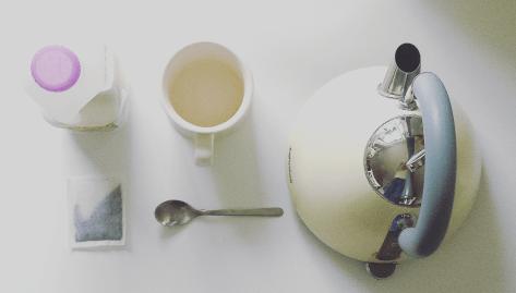 需要开水(我们讨厌凉茶!)、袋泡茶、新鲜的·牛奶、大杯子、一把小勺子。