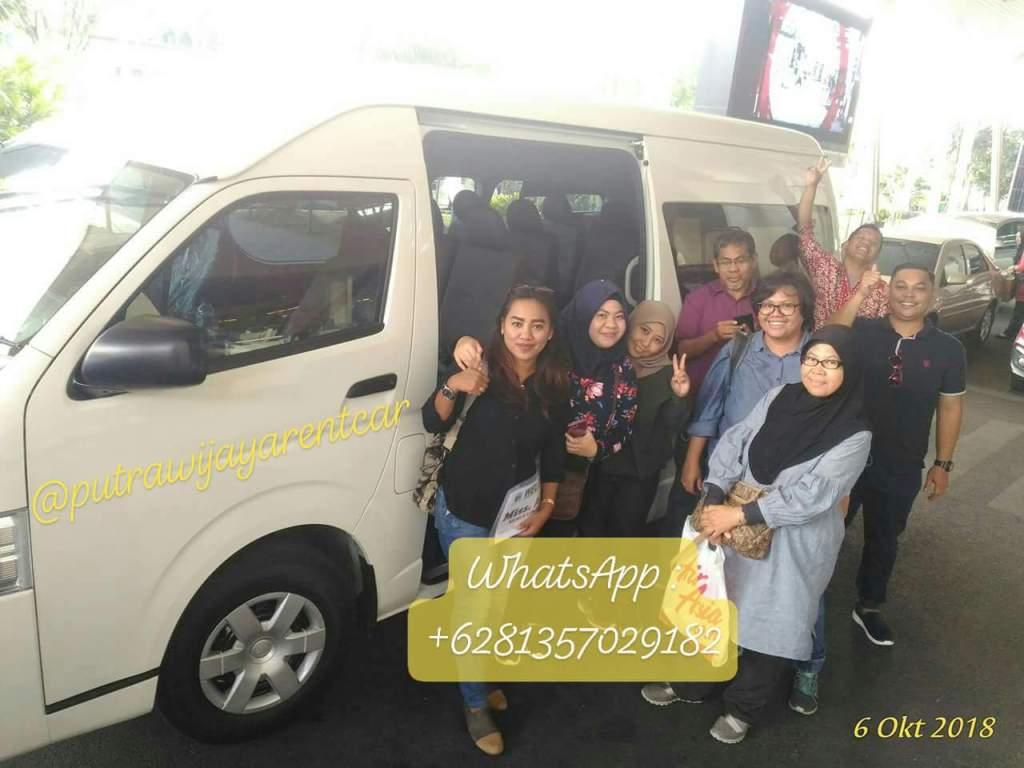 Sewa Mobil Hiace Commuter Surabaya