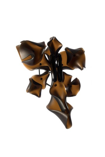 Hansel Tai ''Dvēseļu pārošanās X'', piespraude - bifeļa rags, akrils, sudrabs 925'