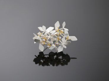 Artist: Chao-Hsien Kuo Title: Winter Forest with 10 gold flowers Materials: 925 o/oo silver, 24K gold foil, Japanese pearls Year: 2018 Photographer: Chao-Hsien Kuo