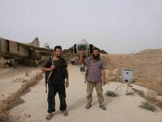 Aktivisti: Borci Džebhetun-nusre poziraju unutar zračne luke Ebu Zuhur
