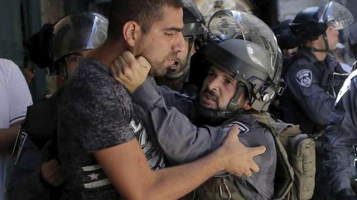 Židovski policajac sprječava palestinskog muslimana da uđe u kompleks Mesdžidul-Aksa