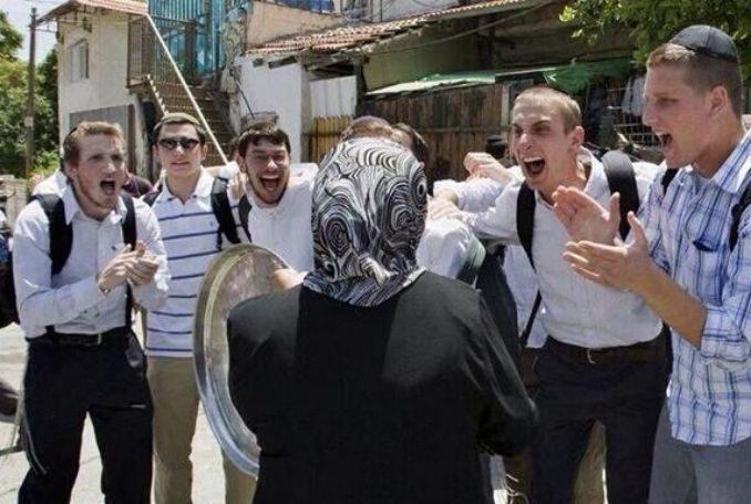 Židovski doseljenici zlostavljaju palestinsku muslimanku na ulici
