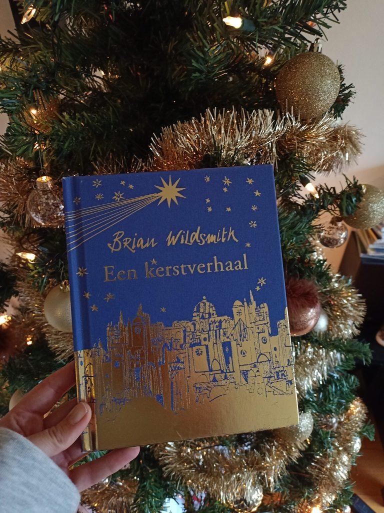 Voorlezen uit een boek over kerst; 'een kerstverhaal'