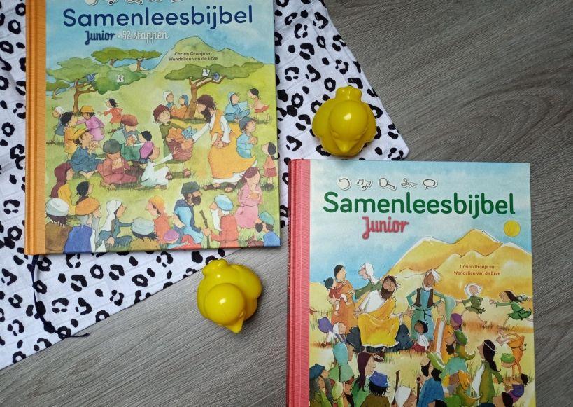 Kinderbijbel naast elkaar