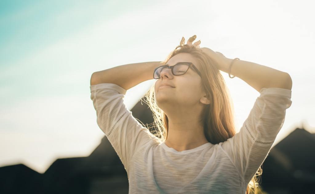 頭痛から解放された女性の画像