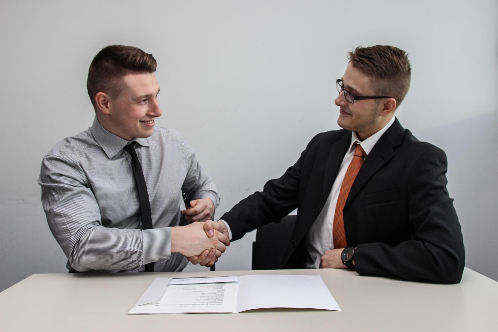 握手するビジネスマンの画像