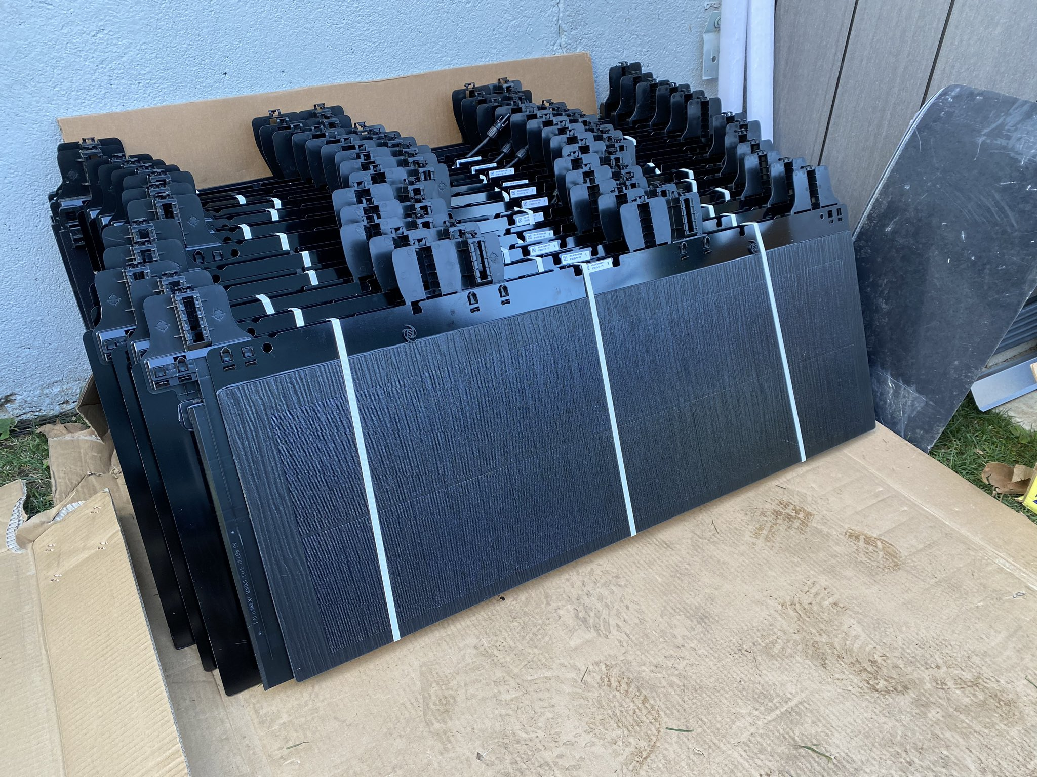does tesla make solar glass roof tile