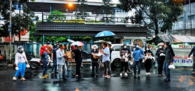 Hujan tak Surutkan PWI & IKWI Kota Bandung Bagikan Takjil Gratis