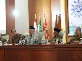 Kiri Nur Cholis Huda bersama Din Syamsuddin dan Saad Ibrahim dalam Konsolidasi Organisasi PWM Jatim. (Foto: Nufathono/pwmu.co)
