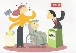 Afbeelding van een persoon met rolstoel in gesprek met een baliemedewerker.