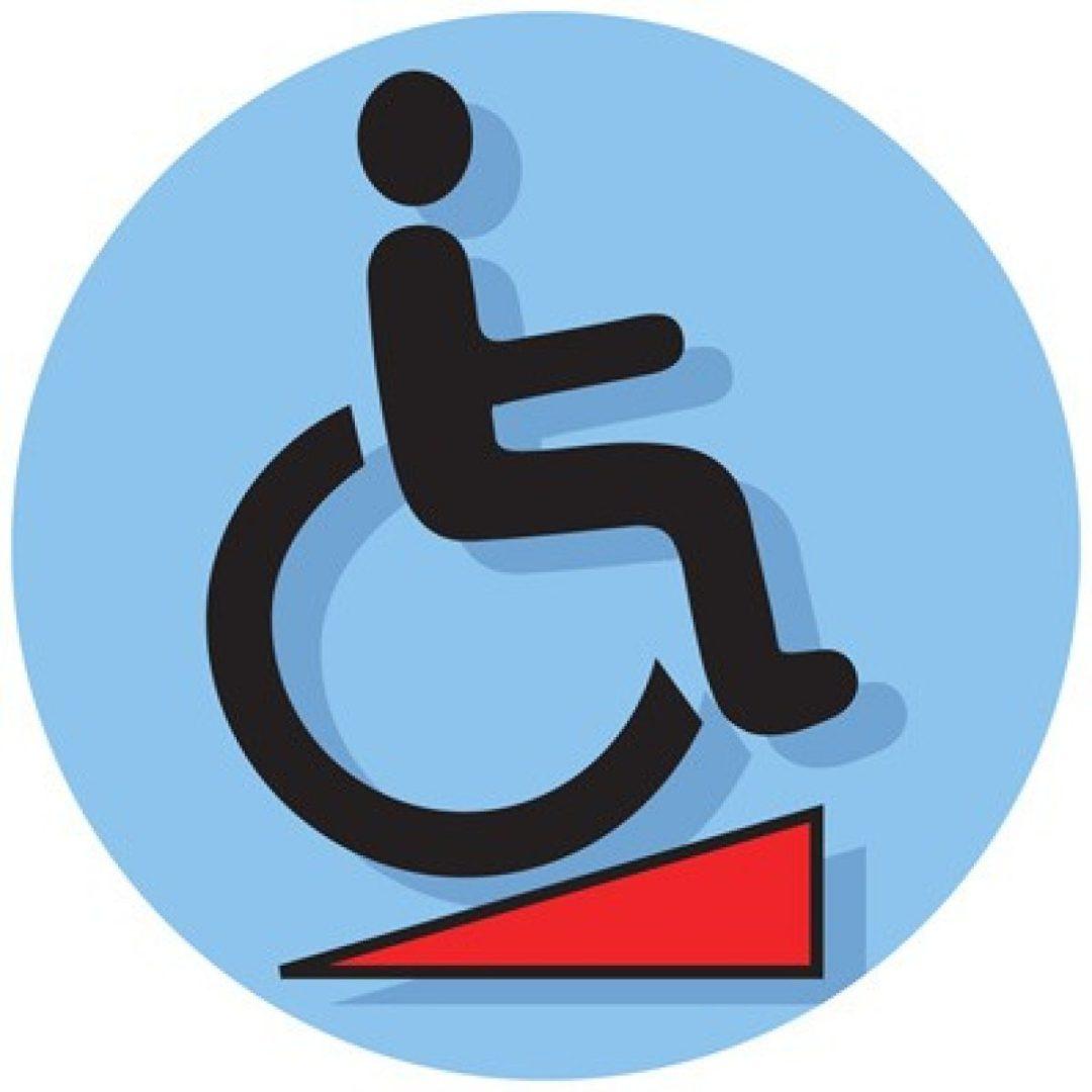 Afbeelding van een blauwe cirkel met een rolstoel; op een hellingbaan.