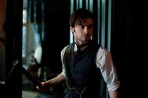 Si on croit peu à son rôle de père veuf, Daniel Radcliffe est cradible dans celui de comptable en proie à un esprit en colère