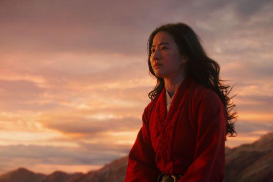 Mulan sur un cheval dans les montagnes chinoises. Capture d'écran du film MULAN de Disney