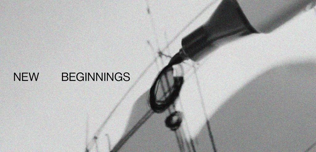 Croquis d'un smartphone en noir et blanc avec un texte : New Beginnings. Illustration pour la ligne de smartphones abordables.