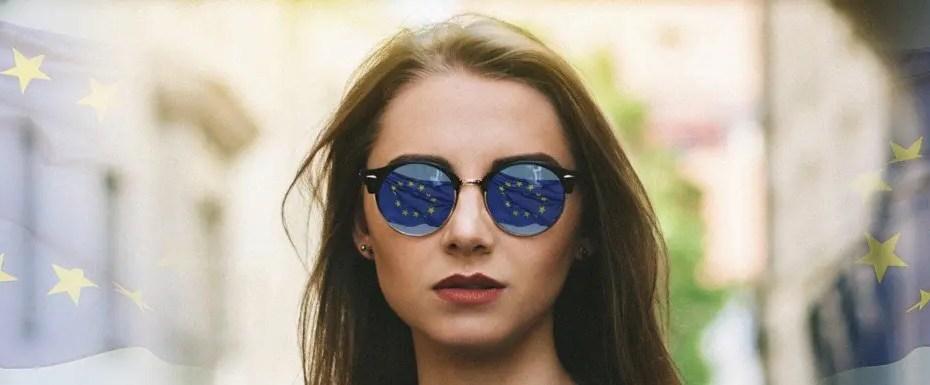 Donna con occhiali da sole e bandiera dell'europa