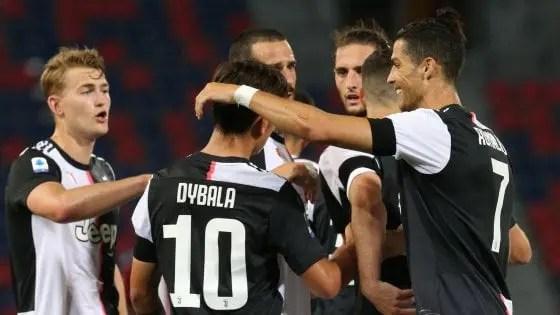 I giocatori della Juventus si abbracciano dopo un gol