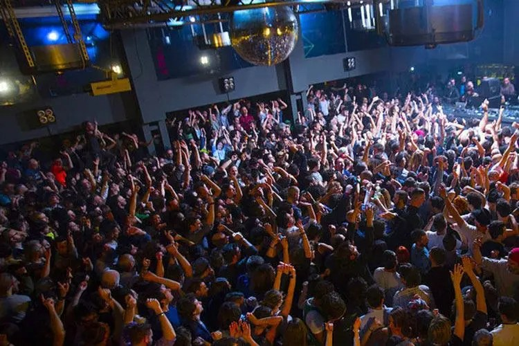Una tipica discoteca italiana affollata