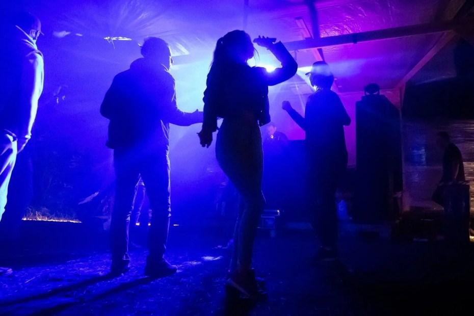 Giovani che ballano in discoteca