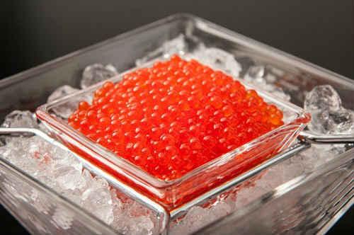 Du behöver kallt och kokt vatten. För 0,5 liter vatten, 50 g salt.