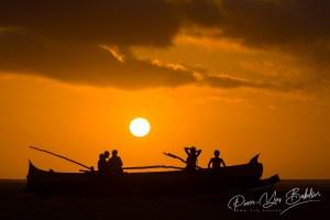 Coucher de soleil sur une pirogue et des malgaches sur la plage de Morondava, ouest de Madagascar