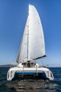 Catamaran de luxe dans l'océan à Nosy Be, Madagascar