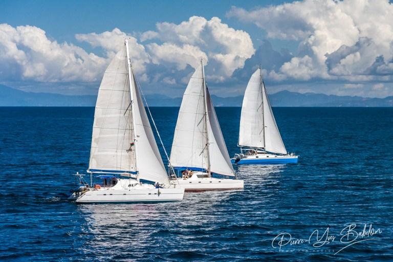 Trois voiliers en régate