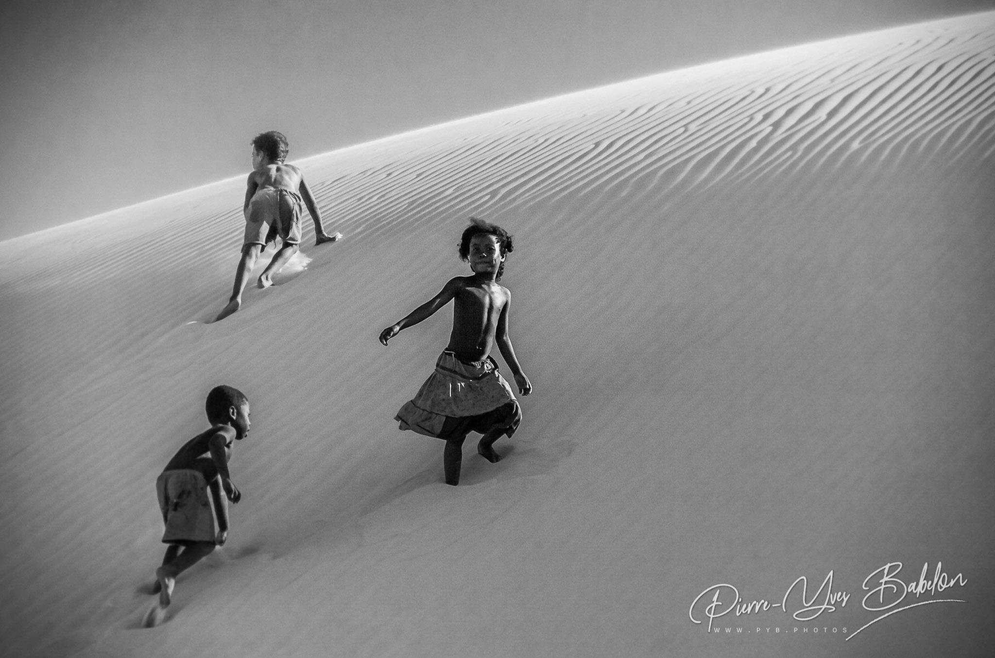 Enfants Vezo sur la dune de Salary, Madagascar