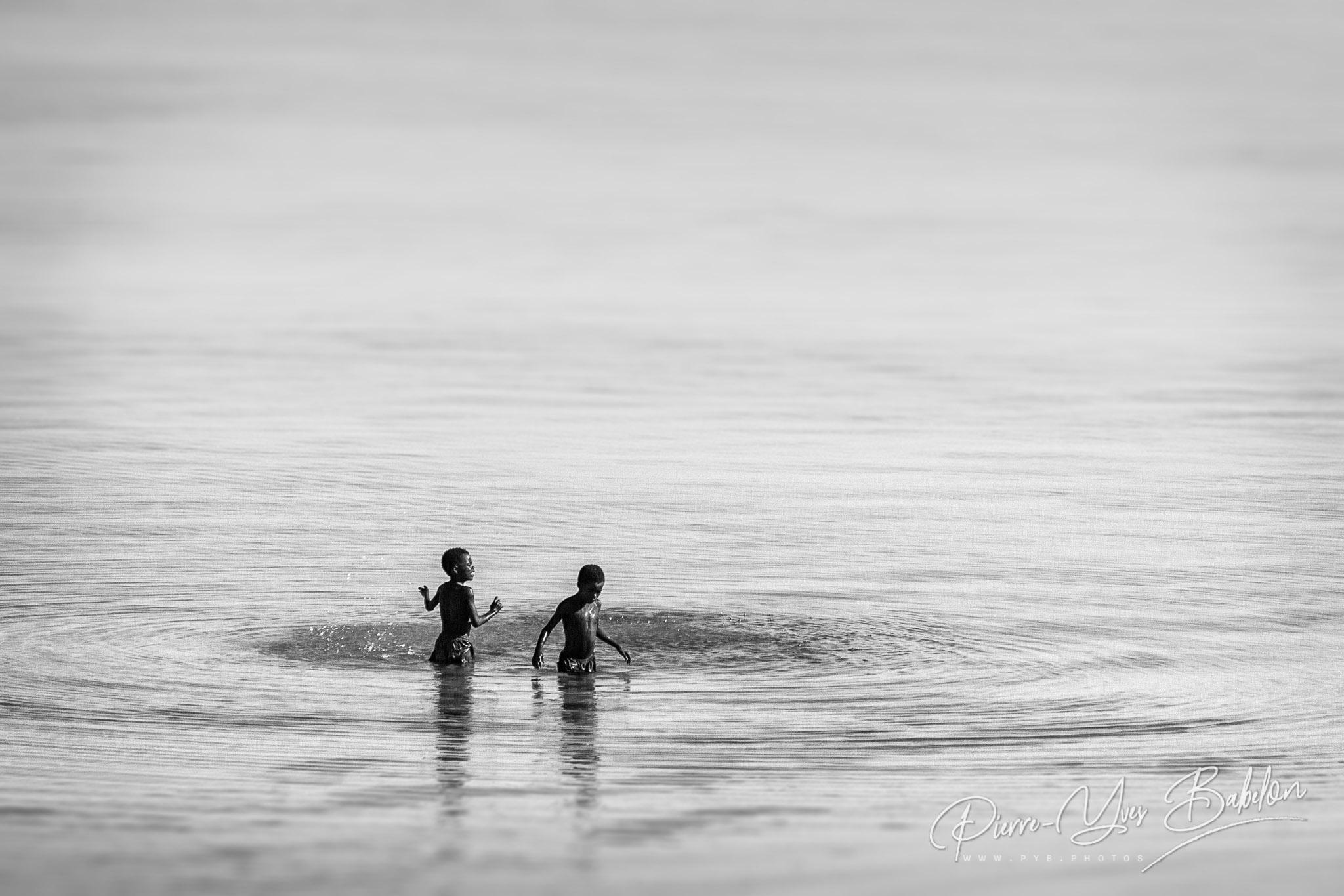 Enfants se baignant dans le lagon de Tsifota, Madagascar