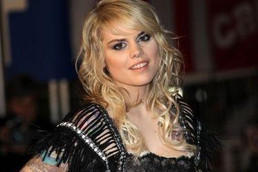 la-chanteuse-canadienne-coeur-de-pirate-a-cannes-le-23-janvier-2011