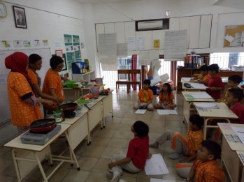 In the above pictures, teachers showed the students how to make spaghetti, egg sandwich, banana pancakes and strawberry milkshake.