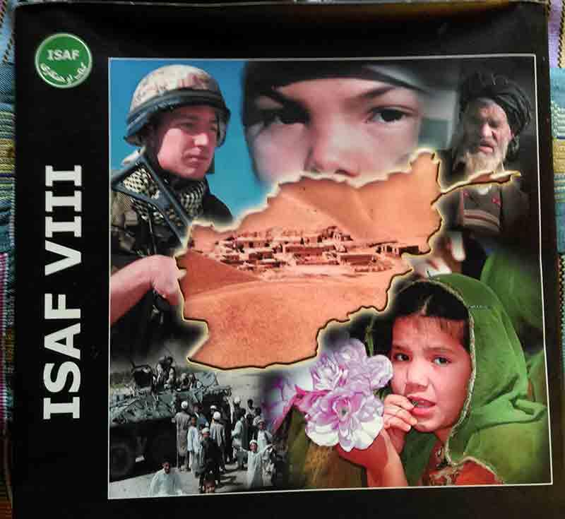 Eine der Afghanistan-Bücher der Isaf-Truppen.