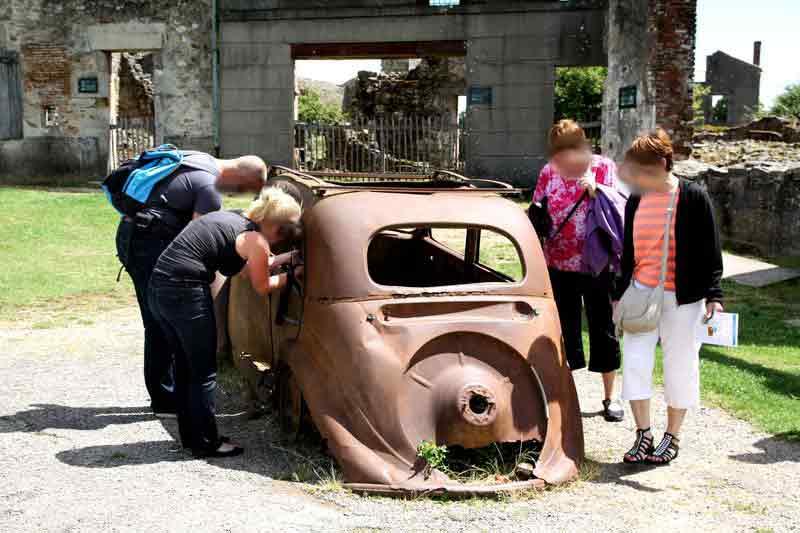 Das berühmte Auto von Oradour: Mancher Tourist würde sich am liebsten hineinsetzen.