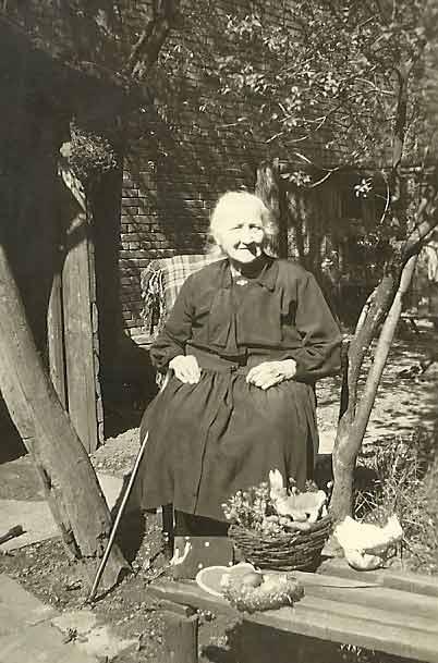 Dit Tante aus der Nachbarschaft: ländliche Szene, arrangiert in den 1930er-Jahren.