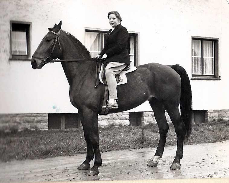 Meine Mutter auf Adele. Foto aus den 1950er-Jahren.