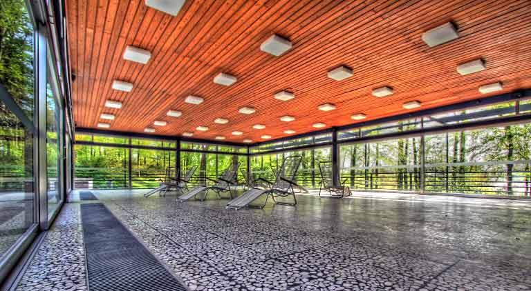 Die Liegehalle von Peter Arp: Mitten im Grün und von Licht durchflutet