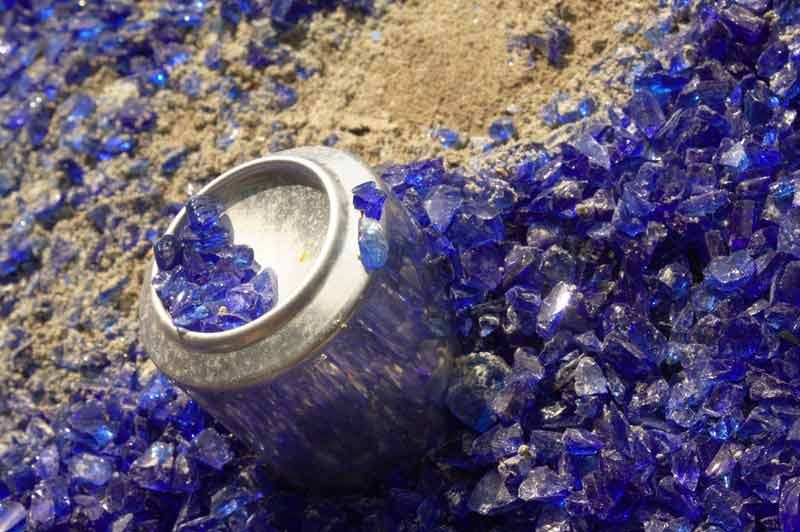 Fata Morgana im Detail: Installation aus Sand, Glasscherben und Dosen.